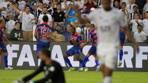 Santos abre 3 a 0, mas cede empate ao Fortaleza e é vaiado na Vila Belmiro