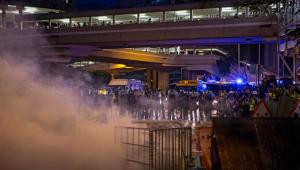 Manifestantes em Hong Kong pisoteiam bandeira da China e vandalizam metrô