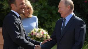 Putin e Macron trocam 'farpas' em encontro