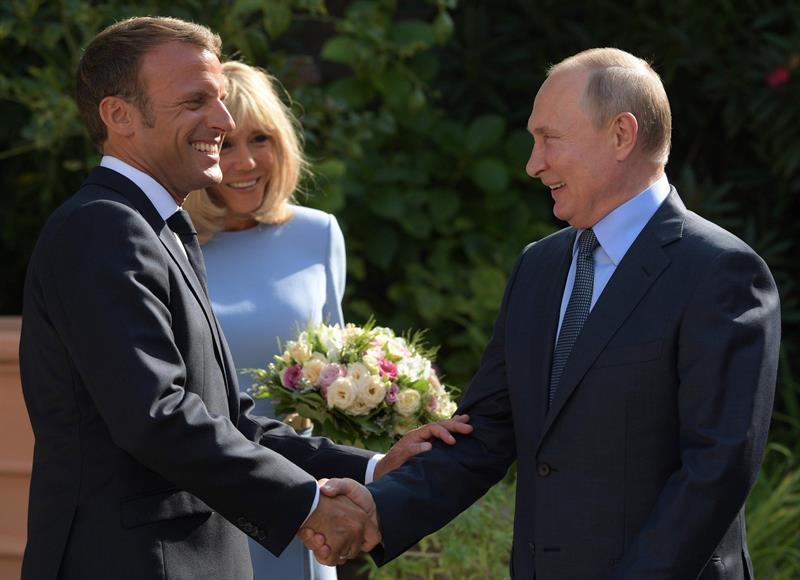 Macron recebe Putin e presidentes trocam farpas antes da reunião do G7