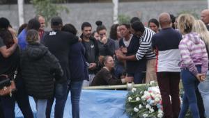 Sequestrador de ônibus no RJ é enterrado sob comoção; mãe precisou ser medicada
