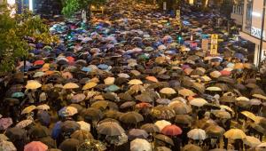 Hong Kong: sob chuva, manifestantes pró-democracia voltam a protestar