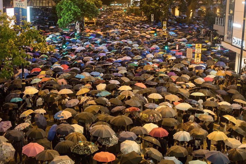 Centenas de pessoas participaram de uma manifestação de resistência organizada por funcionários públicos em Hong Kong