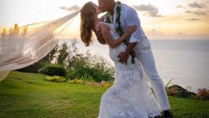 Juntos há 12 anos, The Rock oficializa união com Lauren Hashian no Havaí