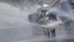 Manifestantes e polícia voltam a se enfrentar em Hong Kong