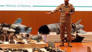 Arábia Saudita diz que refinarias foram atingidas por 18 drones e 7 mísseis e mostra destroços