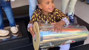 Renanzinho 'batuqueiro': Criança de quatro anos viraliza tocando pandeiro