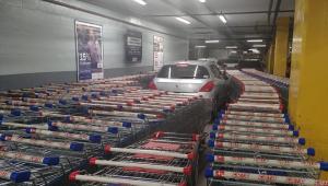 Cliente estaciona em local irregular e tem veículo bloqueado por carrinhos de supermercado