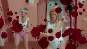 'American Horror Story: 1984' ganha abertura sangrenta cheia de referências aos anos 80; veja