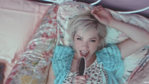 Carly Rae Jepsen lança clipe de 'Want You In My Room'; veja
