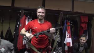 Clube russo dá AK-47 de presente para melhor jogador de cada jogo; assista