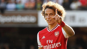 David Luiz faz pênalti, 'impede' vitória do Arsenal e é criticado na web: 'Como não interditaram após o 7 a 1?'