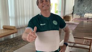 Bolsonaro posa com camisa do Goiás durante recuperação após cirurgia