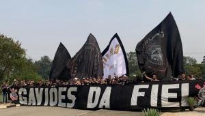 Torcedores do Corinthians protestam no CT após derrotas: 'Carille retranqueiro'