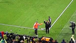 Torcida do Lyon atira bolinhas em Neymar durante partida; assista