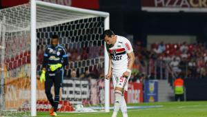 Daniel Alves condena falta de padrão do São Paulo: 'Só os fortes sobrevivem'