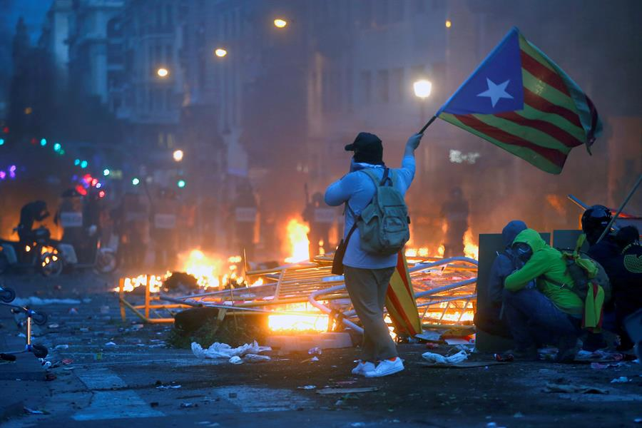 Manifestantes e polícia se enfrentam em protesto separatista em Barcelona