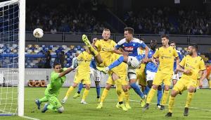 Napoli derrota Verona e se mantém no pelotão da frente do Italiano