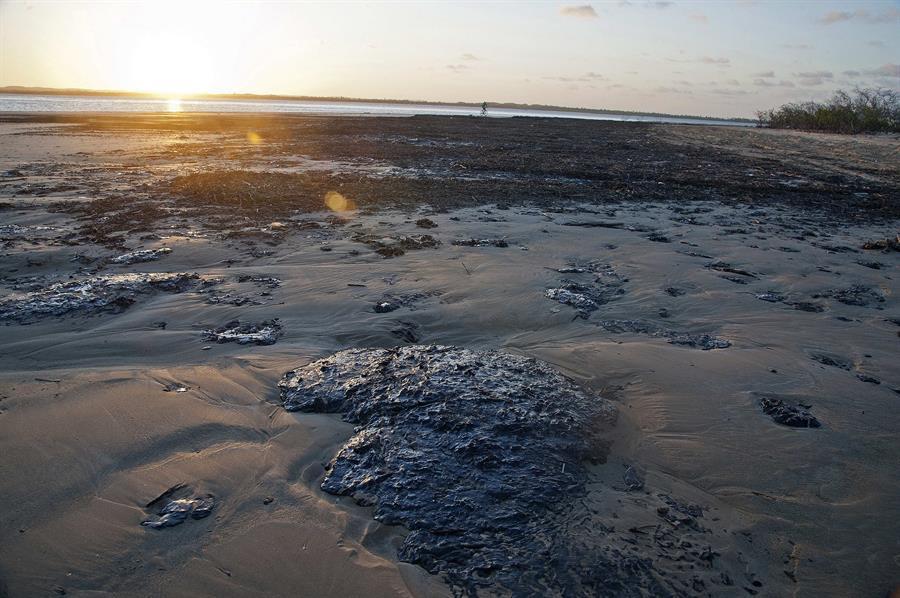 Vazamento de óleo que atinge Nordeste ocorreu a pelo menos 600 km da costa