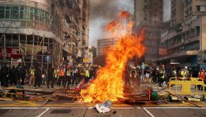 Manifestantes desafiam polícia em novo protesto nas ruas de Hong Kong