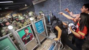 Presidente do Chile suspende aumento da passagem de metrô após protestos