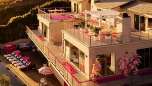 Piscina, cinema, vista para o mar: Casa da Barbie pode ser alugada em Malibu