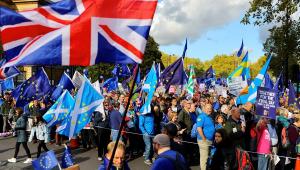 Em sessão histórica, parlamento britânico pode definir futuro do Brexit neste sábado