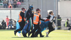 Paraquedista invade gramado antes de cobrança de pênalti de Lukaku em jogo da Inter de Milão; assista