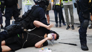 Manifestante que distribuía panfletos é esfaqueado em Hong Kong