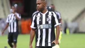 Fabinho, vítima de racismo por torcedor do Santos, se manifesta nas redes sociais