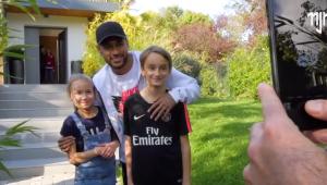 Neymar surpreende e visita casa de fã mirim do PSG; assista