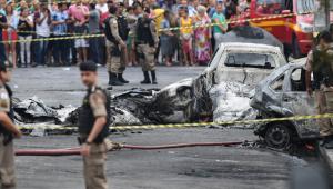 Avião de pequeno porte cai em BH e deixa pelo menos 3 mortos; veja vídeos