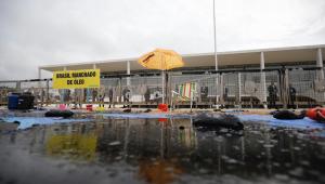 Salles chama integrantes do Greenpeace de 'ecoterroristas' após protesto contra óleo no Nordeste