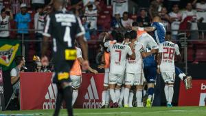 São Paulo vence Corinthians com gol de pênalti e iguala pontuação do rival
