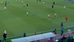Ultras do Olympiacos invadem campo e agridem torcedores do Bayern; 5 ficam feridos